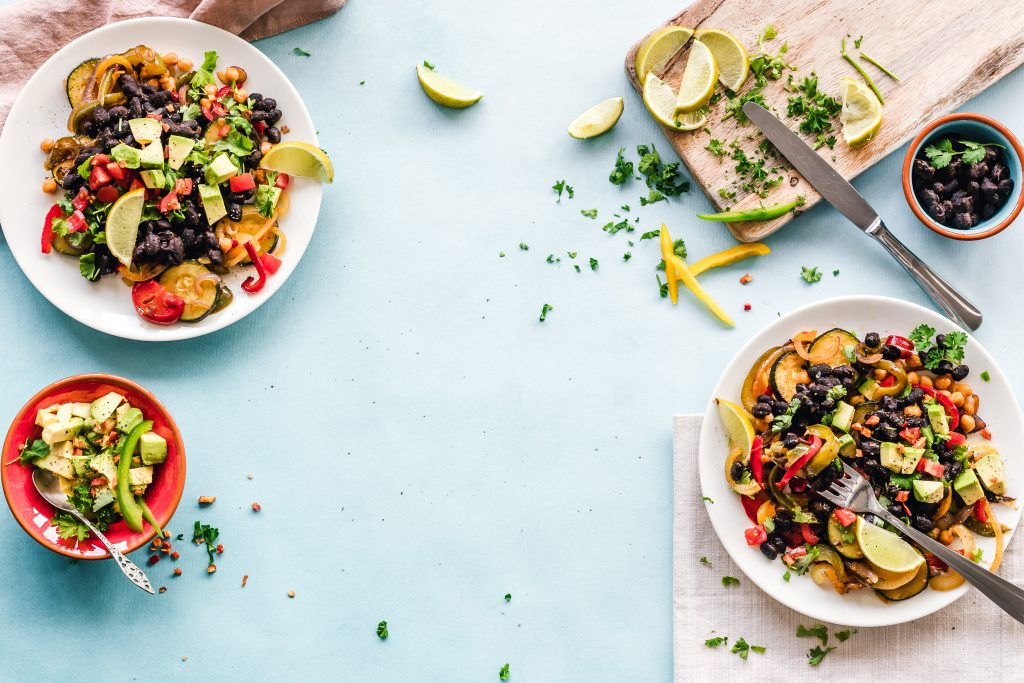 owoce i warzywa na talerzu